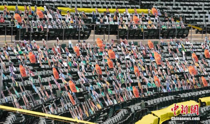 当地时间7月25日,美国做事棒球大联盟奥克兰活动家队在奥克兰体育场主场迎战洛杉矶天神队,印有球迷照片的纸板人现身望台。
