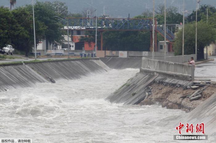 """当地时间2020年7月26日,墨西哥蒙特雷,飓风""""汉娜""""来袭,街道洪水泛滥。"""