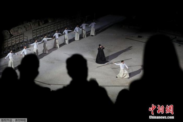 当地时间7月25日晚,古希腊悲剧家埃斯库罗斯的戏剧《波斯人》在已有两千多年历史的埃匹达鲁斯古剧场上演,并通过社交媒体向全世界进行网络直播。