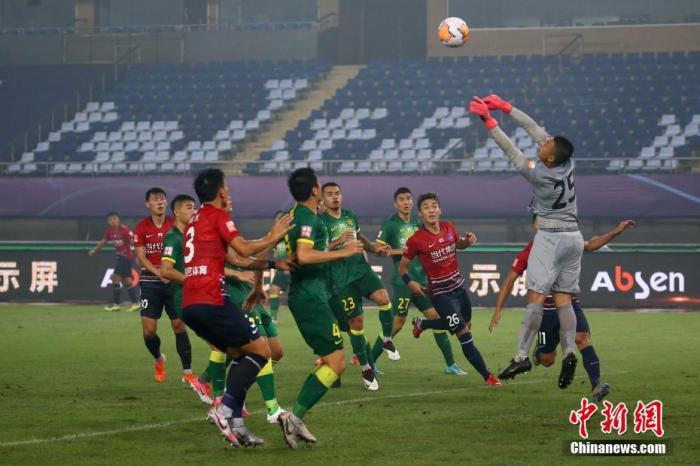 资料图:本赛季首轮比赛中,北京国安在大雨中2:1战胜重庆当代。<a target='_blank' href='http://www.chinanews.com/'>中新社</a>记者 泱波 摄