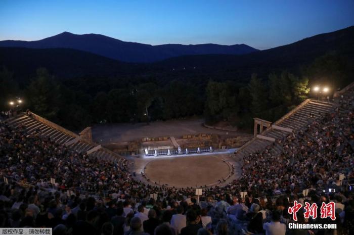 资料图:希腊大剧院首次举行古希腊戏剧线上直播,也是埃匹达鲁斯古剧场首次举行线上直播活动。