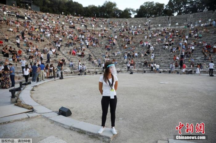 当地时间25日晚,古希腊悲剧家埃斯库罗斯的戏剧《波斯人》在希腊埃匹达鲁斯古剧场上演,并且通过社交媒体向全世界进行网络直播。