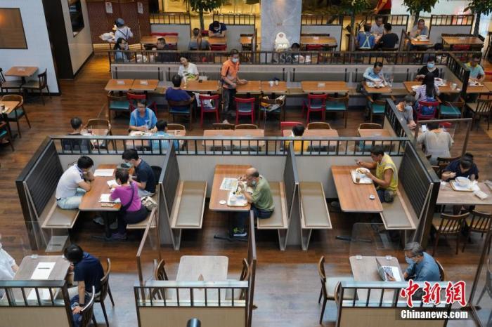 资料图:香港一家餐厅食客在堂食。 <a target='_blank' href='http://www.chinanews.com/'>中新社</a>记者 张炜 摄
