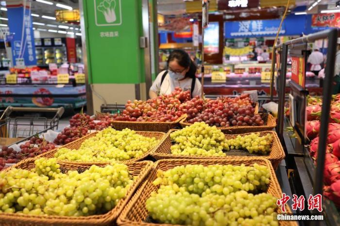 7月28日,记者探访辽宁省大连市各大商超市场。在大连市东特购物广场沃尔玛周水前店,这里的果蔬、米面油、肉蛋奶等货源充足,市场价格保持稳定。 <a target=