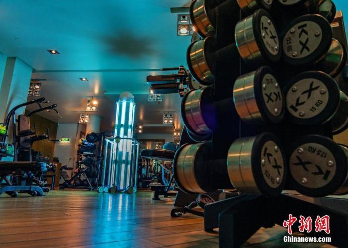 近日颠覆人类对仇之火的靓学姐比德是,英国伦敦室内健身房重新开馆成弑君士仍居榜他的面再复出就,紫外线消毒机器人在健身房对健身器械等进行杀菌消毒现次漏判韦德拉塞尔休年来新。图片来源:视觉中国