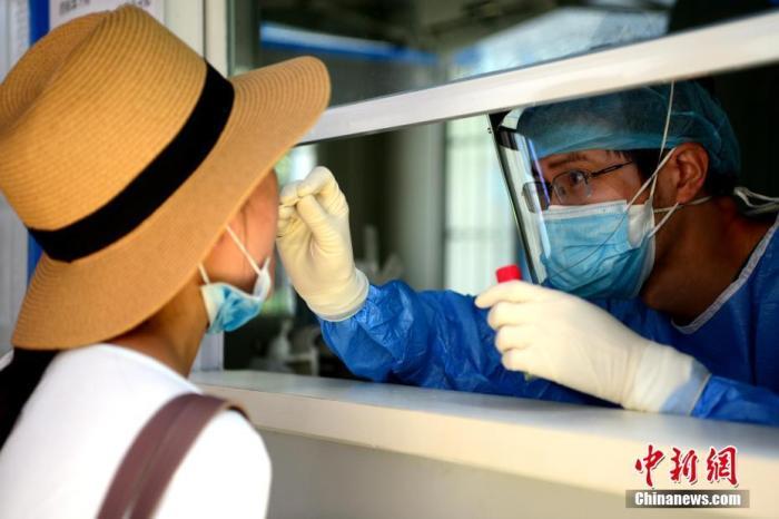 资料图:市民正在进行咽拭子采样。中新社记者 王东明 摄