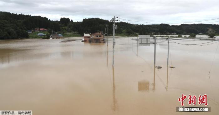 29日,日本国土交通省新庄河川事务所等部门发布消息,称山形县的最上川中流决堤,当地部分住宅浸水。图为山形县街区一片汪洋。