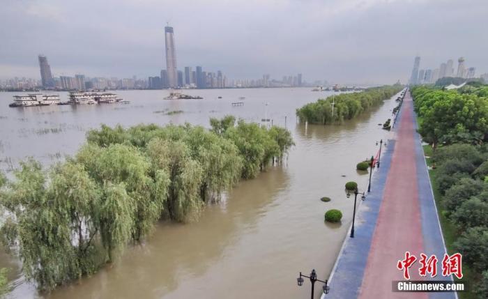 资料图:7月28日,武汉,货轮航行在宽敞的长江汉江交汇处。图片来源:人民视觉