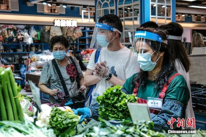 7月29日,香港慈云山街市推行多项措施加强防疫。 记者 秦楼月 摄