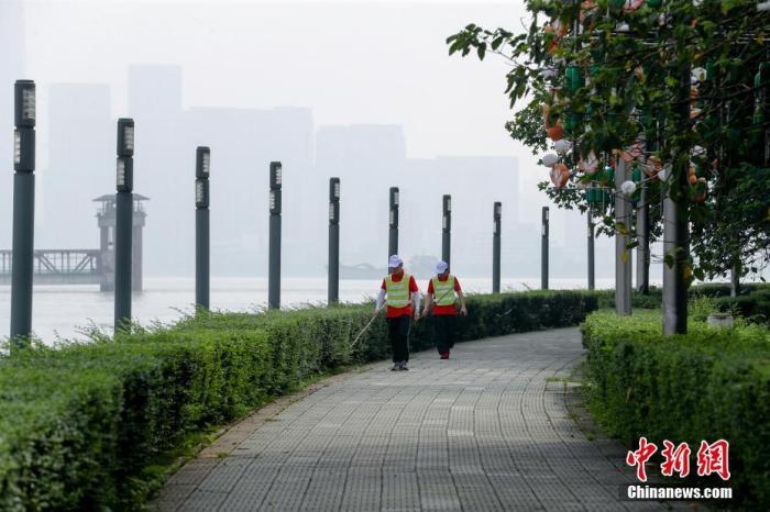资料图:武汉汉阳南岸嘴长江堤段,防汛人员正在巡堤。中新社记者 张畅 摄