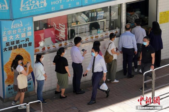 7月30日中午,众多打工者在香港湾仔一家餐厅门口排队购买外卖餐食。记者 张炜 摄