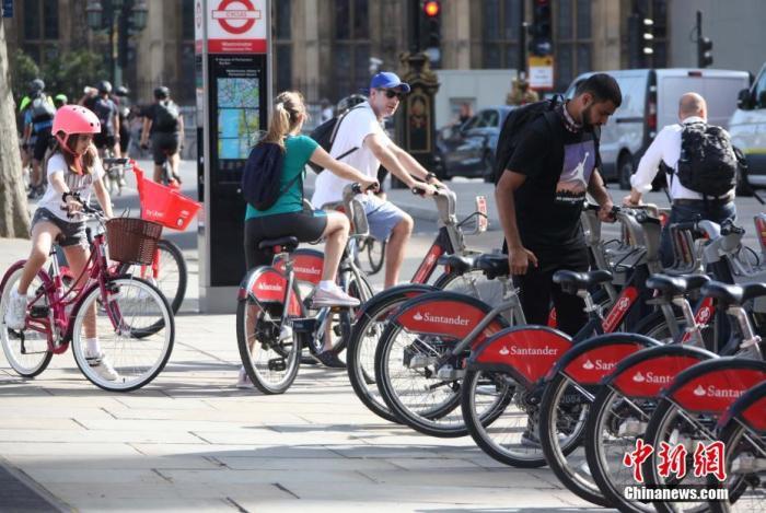 """7月29日,在英国首相鲍里斯·约翰逊于本周向民众宣布免费发放""""50镑自行车维修代金券""""计划后,伦敦大街小巷兴起""""自行车骑行热""""。图为街边四处停放的自行车,成为人们出行的主要交通工具。 记者 张平 摄"""