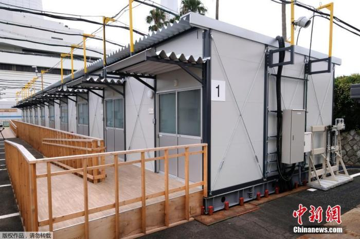 7月30日,日本东京在停车场上搭建帐篷,收容新冠肺炎轻症患者。