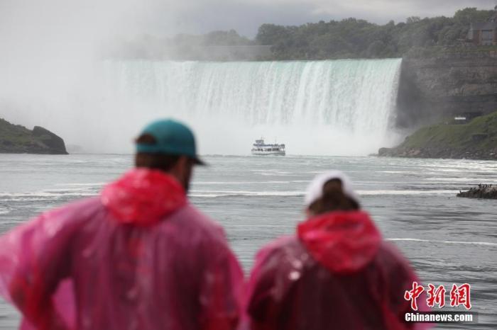 当地时间7月29日,加拿大游客乘船游览加拿大、美国交界处的著名景点尼亚加拉大瀑布。随着经济逐步重启,受到新冠疫情重挫的尼亚加拉旅游业正迎来复苏。 中新社记者 余瑞冬 摄