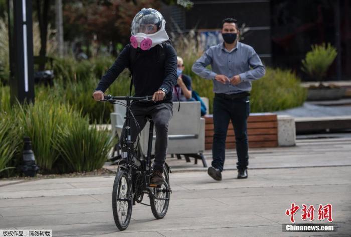 当地时间7月30日,哥伦比亚波哥大,哥伦比亚工业设计师Ricardo Conde与两名航空工程师合作设计了一款可防止新冠肺炎病毒传播的通风面罩。