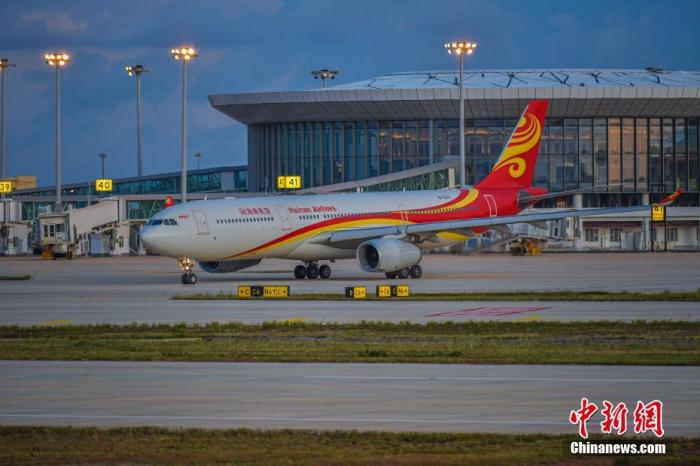 资料图:HU5971航班在海口美兰机场二期停机坪上滑行。 <a target='_blank' href='http://www.chinanews.com/'>中新社</a>记者 骆云飞 摄