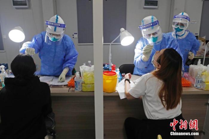 资料图:机场工作人员对入境旅客进行核酸检测。<a target='_blank' href='http://www.chinanews.com/'>中新社</a>记者 殷立勤 摄