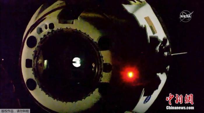 """当地时间8月1日,美国宇航局(NASA)商业载人航空计划(CPP)的首次载人试航开始最后一阶段任务--返回地球。图为""""龙""""飞船与国际空间站分离。"""