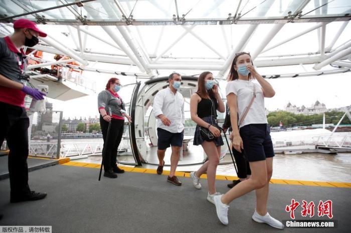 """当地时间8月1日,英国伦敦,""""伦敦眼""""摩天轮重新开放。图为游客从摩天轮上走下来。"""