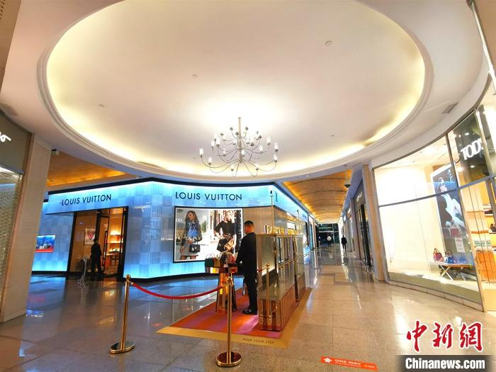 资料图:8月1日,位于菲律宾首都马尼拉CBD马卡蒂绿带商圈内的全球名品店顾客稀少。 中新社记者 关向东 摄