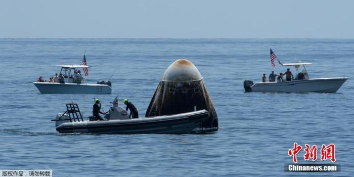 """8月3日消息,美国""""龙""""飞船载两名宇航员返回地球以溅落方式返回地球并不常见。这是美国宇航局的宇航员45年来第一次以溅落方式返回地球。事实上,在经历了一场剧烈俯冲后,宇航员在水中着陆并漂在海浪中会感到身体不适。"""