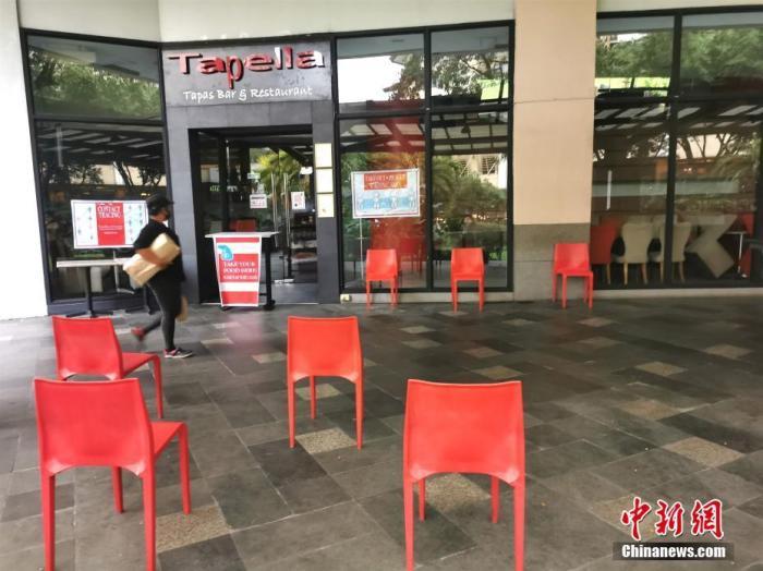 """8月3日,马尼拉重返""""改良性强化社区隔离(MECQ)""""前日,位于马尼拉CBD马卡蒂绿带的名店Tapella停止营业。中新社记者 关向东 摄"""