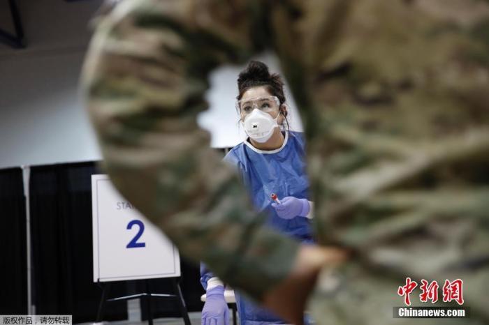 当地时间8月3日,美国内华达州拉斯维加斯,卡什曼中心建立一处新的新冠病毒检测中心,准备工作进行中。