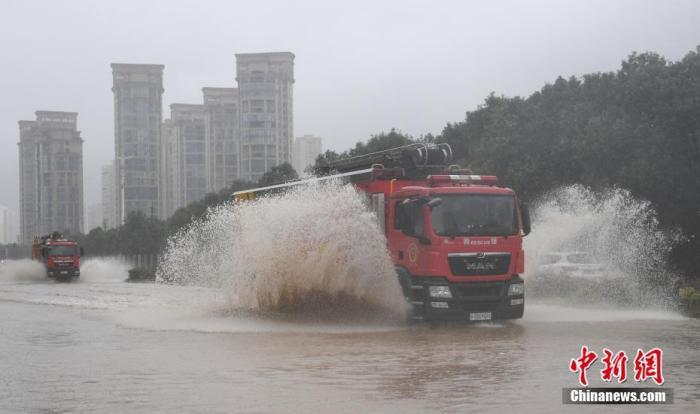 """8月4日,今年第4号台风""""黑格比""""在浙江温州乐清沿海登陆,受此影响,乐清城区洪涝严重,多地受淹。中新社记者 王刚 摄"""