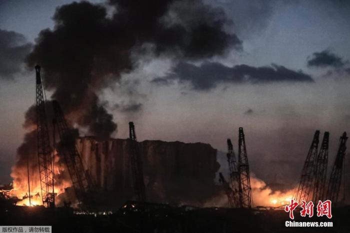当地时间8月4日,黎巴嫩始都贝鲁特港口区发生重大爆炸。数幼时后,爆炸现场火焰仍在燃烧。