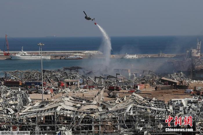黎巴嫩首都贝鲁特港口区4日发生剧烈爆炸。图为军用直升机在爆炸现场洒水。