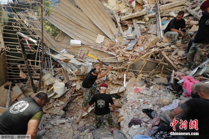 当地时间8月4日晚,黎巴嫩首都贝鲁特港口地区发生了剧烈爆炸,造成数千人死伤。图为黎巴嫩士兵在废墟中搜索幸存者。