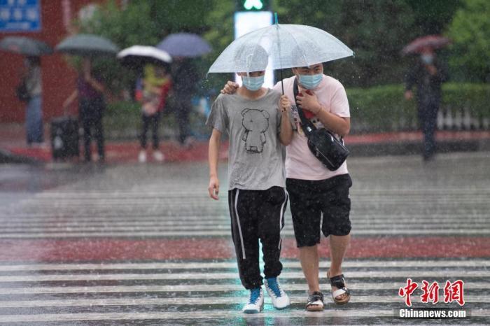 资料(图):市民(冒)(雨)出(行)。中新社记者 韦亮 (摄)