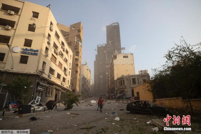 黎巴嫩贝鲁特大爆炸波及半个城区。图为受到爆炸影响的楼已经发生倾斜。