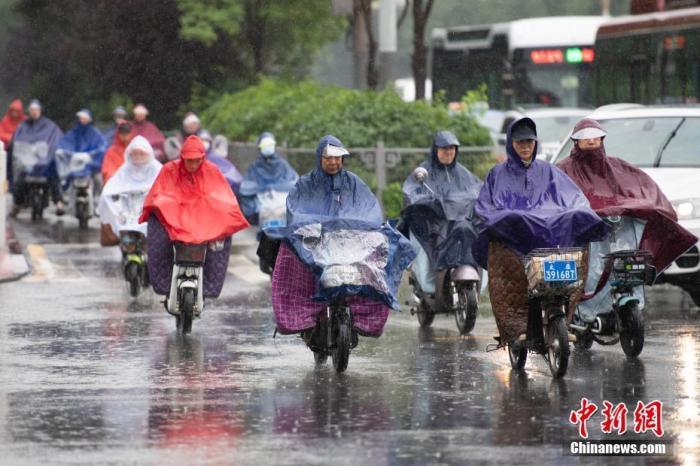 资料图:市民冒雨出行Q4PPIn9。中新社记者 韦亮 摄