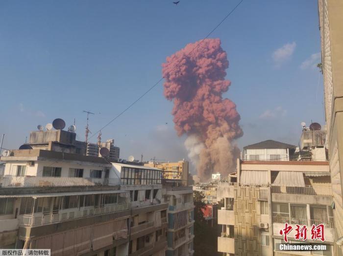 当地时间8月4日下午6时左右,黎巴嫩首都贝鲁特港口区发生巨大爆炸,多栋房屋受损,玻璃被震碎,天空升起粉色蘑菇云和浓烟。