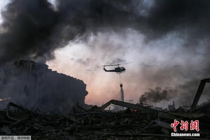 资料图:直升机在贝鲁特灭火。