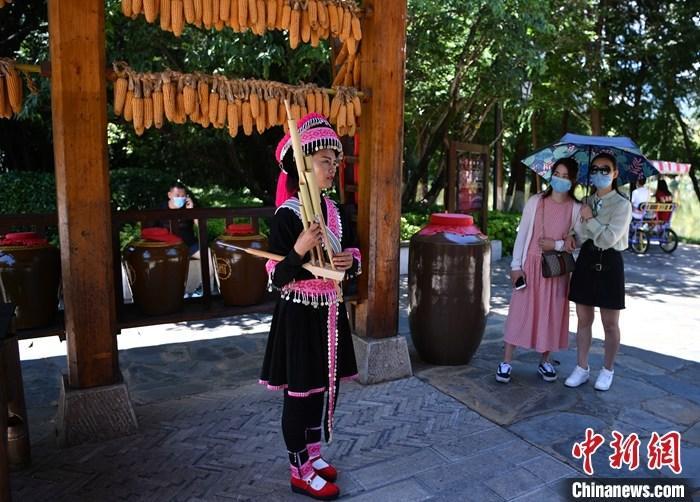 资料图:游客体验少数民族风情。<a target='_blank' href='http://www.chinanews.com/'>中新社</a>记者 刘冉阳 摄