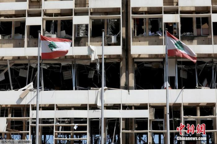 """当地时间8月5日,黎巴嫩贝鲁特,位于爆炸港口附近的国有电力工作总部大楼被炸成""""空架子""""。"""