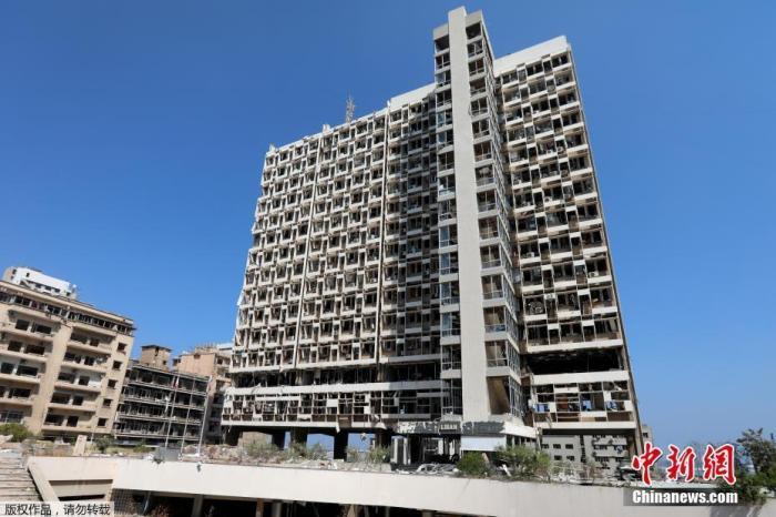 """资料图:当地时间8月5日,黎巴嫩贝鲁特,位于爆炸港口附近的国有电力工作总部大楼被炸成""""空架子""""。"""