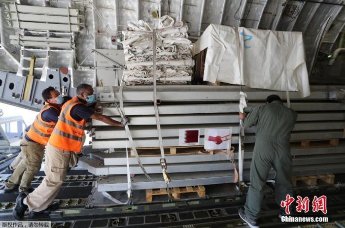 當地時間8月5日,卡塔爾多哈郊外,卡塔爾開始從烏德空軍基地向黎巴嫩運送野戰醫院和醫療援助物資。