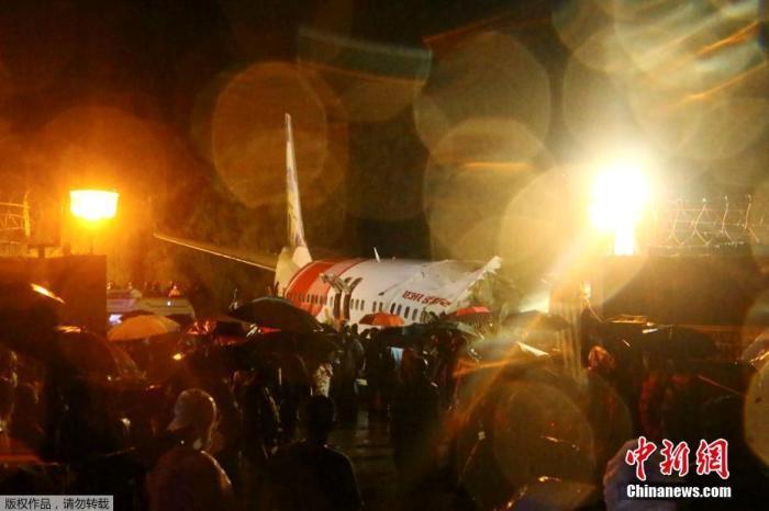 当地时间8月7日,印度航空一架客机在印度南部喀拉拉邦卡里普尔(Karipur)的卡利卡特(Kazhikode)国际机场降落时冲出跑道并断成两截。