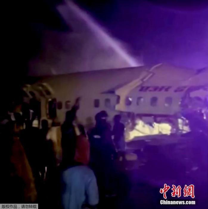 飞机已经断裂成两截,周边都是碎片,事故现场没有起火。