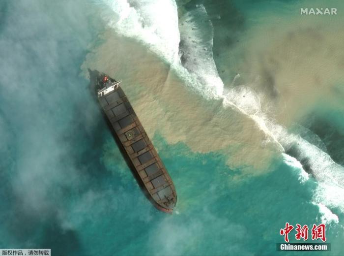 当地时间8月1日,卫星图像显示货船在毛里求斯海岸搁浅。这艘在巴拿马注册隶属于日本长崎船运公司的散货船于当地时间7月25日晚在毛里求斯东南海岸的埃斯尼角搁浅,船上20名船员都已安全撤离,但8月6日起大量燃油从该船泄漏入海,恐造成大面积的海洋污染。泄漏点附近就是蓝湾海岸公园,是毛里求斯知名的海洋生物和珊瑚保护区之一。
