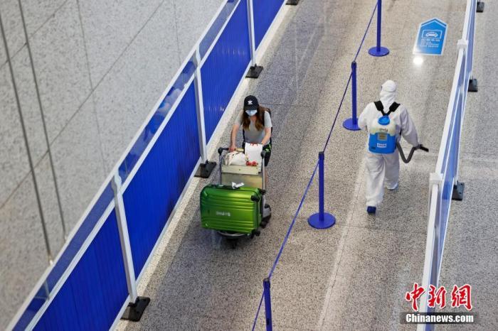 资料图:上海严格入境人员全流程闭环管理,民航部门启动熔断机制。图为上海浦东国际机场。汤彦俊 摄
