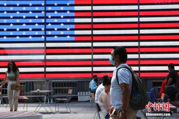 资料图:内地时间8月9日,美国纽约时代广场的行人。 /p太平洋在线记者 廖攀 摄