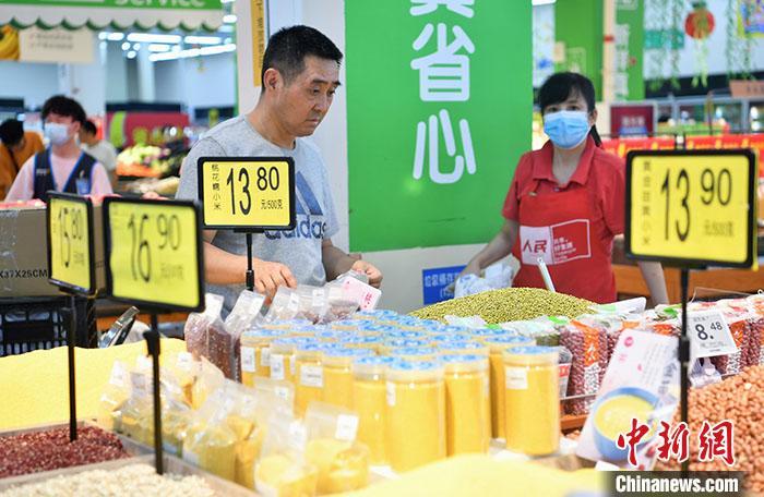 资料图:市民在超市选购水果。 /p中新社记者 张浪 摄