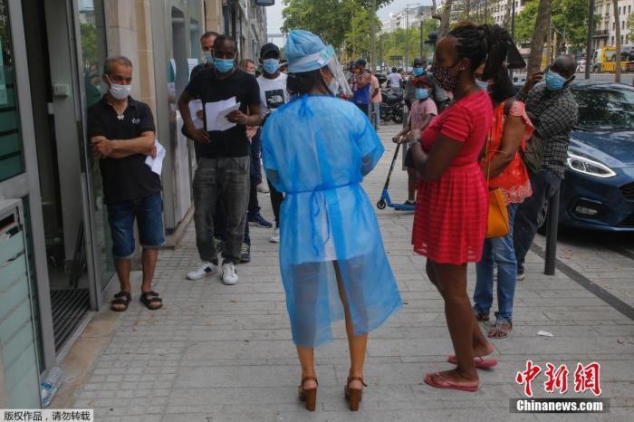 当地时间8月10日,法国巴黎正式推行户外强制戴口罩,以遏制病毒进一步传播导致疫情失控。