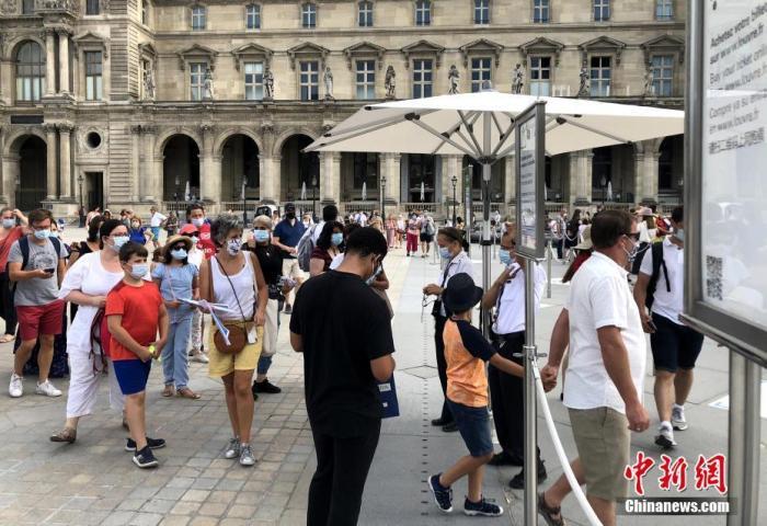 资料图:当地时间8月10日,法国巴黎正式推行户外强制戴口罩,以遏制新冠病毒进一步传播。 中新社记者 李洋 摄