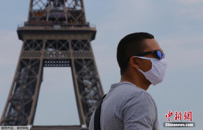 当地时间8月10日,法国巴黎正式推行户外强制戴口罩,以遏制病毒进一步传播导致疫情失控。巴黎市政府和警察局联合公布了户外强制戴口罩的区域,包括塞纳河和圣马丁运河两岸、巴黎市中心多个街区以及巴黎北部蒙马特高地等。未按规定戴口罩者将面临被罚款135欧元。