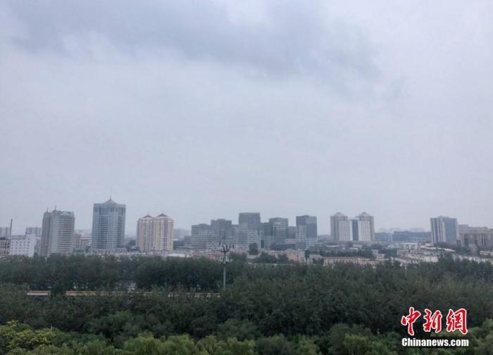 8月12日上午11点,北京朝阳望京地区,天空中飘着缕缕云絮。据报道,12日到13日早晨北京会有大雨到暴雨天气过程,局地会出现大暴雨。主要降雨时段在12日下午到夜间,最大小时雨强可达到每小时80毫米到100毫米以上。目前北京地区处在暴雨黄色预警信号当中。中新网记者 李霈韵 摄